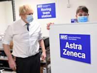 ראש ממשלת בריטניה בוריס ג'ונסון במרכז חיסונים של אסטרהזנקה