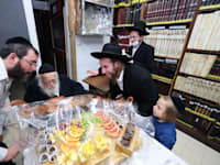 """הרב קנייבסקי ובני משפחתו השבוע בסדר ט""""ו בשבט. הנכדים קובעים מי יקבל דריסת רגל בבית / צילום: תמונה פרטית"""