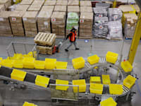 """מרכז שילוח של אמזון בארה""""ב / צילום: Reuters, Lucas Jackson"""