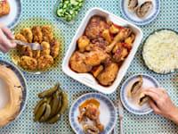 המנות הקלאסיות של סבתא. בכיוון השעון: צלי עוף, שטרודל תפוחי אדמה ובשר, קציצות הודו וסלט כרוב / צילום: ניצן רובין