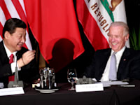 נשיא סין שי ג'ינגפינג וג'ו ביידן במפגש בלוס אנג'לס ב־2012 / צילום: Associated Press, Jay L. Clendenin