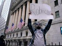 מפגין בוול סטריט בשל סגירת אפשרויות מסחר ברובין הוד / צילום: Reuters, Sipa USA