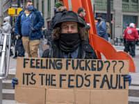 """מפגין במחאת """"Re-Occupy Wall Street"""". המפגינים מחו על הניסיונות של קרנות הגידור הגדולות לפגוע בהשקעות של """"האדם הפשוט"""" שהקפיצו מניות רבות בבורסות / צילום: Reuters, Ron Adar / SOPA Images/Sipa USA"""