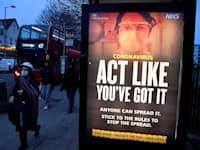 פוסטר של משרד הבריאות הבריטי על תחנת אוטובוס בלונדון / צילום: טובי מלוויל