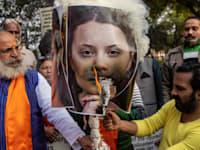 פעילי מפלגת השלטון שורפים את תמונתה של גרטה טונברג על תמיכתה בחקלאים / צילום: Reuters, Danish Siddiqui