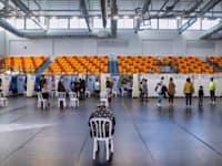 אנשים מחכים בתור להתחסן לקורונה בפתח תקווה / צילום: Associated Press, Oded Balilty
