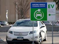 """תחנת טעינה לרכבים חשמליים בקולורדו, ארה""""ב / צילום: Associated Press, David Zalubowski"""