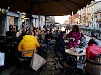 בית קפה פתוח במילאנו / צילום: IPA