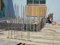 """פועלי בניין.    """"מפעלי עיבוד הברזל החלו לעדכן את המחירונים בתדירות גבוהה"""" / צילום: תמר מצפי"""