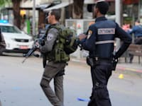 שוטר , משטרה , זירת החיפושים אחר המחבל , פיגוע דיזינגוף סנטר / צילום: וואלה חדשות