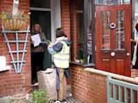 מתנדבים בריטים מחלקים ערכות בדיקה לקורונה בלונדון / צילום: Reuters, HENRY NICHOLLS