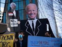 """הפגנה בוושינגטון נגד מדיניות ה""""צנע"""" ודרשו מהממשל שיעביר לאזרחים סיוע־קורונה ישיר, דצמבר / צילום: Reuters, Alejandro Alvarez"""