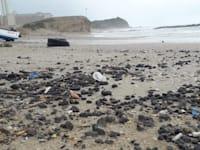 זפת שנפלטה מהים בחוף הים בחדרה / צילום: המשרד להגנת הסביבה