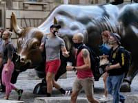 צעירים חולפים על פני פסל השור בוול סטריט, ניו יורק / צילום: Associated Press, Mark Lennihan
