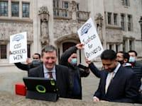 """נהגי אובר, שחברים באיגוד """"נהגי ושליחי אפליקציות"""", חוגגים לאחר החלטת בית המשפט העליון / צילום: Associated Press, Frank Augstein"""
