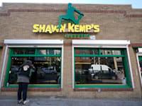 חנות להשכרה בסיאטל. הבעלים יוכלו לדרוש דמי שכירות גבוהים / צילום: Associated Press, Ted S. Warren