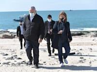"""בנימין נתניהו והשרה להגנת הסביבה גילה גמליאל בחוף ים באשדוד בעקבות דליפת הנפט שגרמה לזיהום בחופי הארץ. / צילום: קובי גדעון-לע""""מ"""