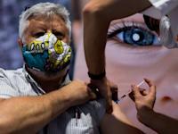 אדם מקבל חיסון נגד קורונה במתחם חיסונים בירושלים / צילום: Associated Press, Oded Balilty