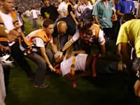 התפרעות אוהדים ופינוי נפגעים בסוף משחק כדורגל בין ביתר ירושלים - הפועל פ''ת / צילום: באובאו