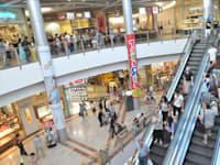 אנשים עושים קניות בקניון עזריאלי / צילום: תמר מצפי