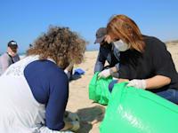 גילה גמליאל בחוף פלמחים בעקבות זיהום הזפת / צילום: המשרד לאיכות הסביבה