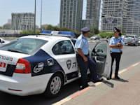 שוטרים + ניידת משטרה / צילום: תמר מצפי