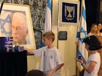 ילדים מדליקים נר זיכרון ליצחק רבין / צילום: מארק ניימן-לע''מ