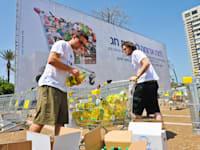 """פעילות איסוף מזון של עמותת """"לתת"""" / צילום: בן יוסטר"""