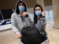 """חוזרים ישראלים מחו""""ל עונדים צמיד אלקטרוני במסגרת הפיילוט החדש / צילום: Associated Press, Sebastian Scheiner"""