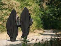 נשים מוסלמיות לבושות בניקאב / צילום: Shutterstock, NeydtStock