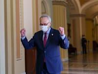 מנהיג הרוב הדמוקרטי בסנאט, צ'אק שומר, בצאתו מהדיונים לאחר אישור חבילת הסיוע, שבת / צילום: Associated Press, J. Scott Applewhite