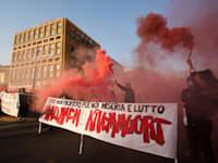 הפגנה נגד פיטורים ברחובות נאפולי איטליה. למרות האבטלה הגבוהה, אופטימיות זהירה / צילום: Reuters, IPA
