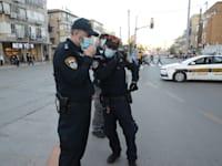 שוטרים בזמן הפגנה בבני ברק / צילום: איל יצהר