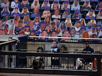 מגזרות נייר של הצופים במשחק בייסבול ללא קהל ומקדימה חיתוך נייר של צלם הניו יורק טיימס שנפטר מנגיף הקורונה / צילום: Associated Press, Adam Hunger