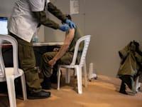 """חיסון חיילי צה""""ל / צילום: Associated Press, Tsafrir Abayov"""