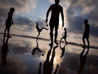 צעירים משחקים בחוף / צילום: Associated Press, Oded Balilty