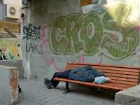 הומלס חסר בית , עוני שוכב על ספסל ברחוב / צילום: תמר מצפי