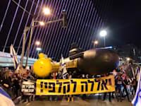 מפגינים בגשר המיתרים / צילום: הדגלים השחורים