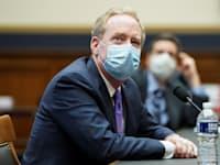 נשיא מיקרוסופט בראד סמית' מעיד בשימוע בוועדה בבית הנבחרים ביום שישי האחרון / צילום: Reuters, Kevin Lamarque