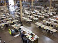 עובדי בחירות בודקים מעטפות עם פתקי הצבעה / צילום: Reuters, מייק בלייק