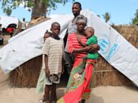 הזוג בתמונה ברח מהכפר למחנה פליטים בקאבו דלגאדו בצפון מוזמביק לאחר שג'יהאדיסטים ערפו את ראשו של בנם הבכור / צילום: Reuters, Rui Mutemba/Save the Children