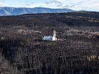 בית שמוקף בחלקי יער שנרשפו כליל בפטגוניה / צילום: גרינפיס