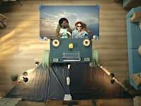 """קמפיין אקספדיה עם הזוג ש""""נופש"""" בסלון הבית. מכרו רק אופטימיות והבנה / צילום: יוטיוב"""