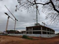"""אתר הבנייה של הפרויקט בנתניה. """"המחיר מצוין אבל האכלוס רחוק"""" / צילום: איל יצהר"""