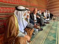 בנימין נתניהו עם מצביעים מהחברה הערבית. חיבק כל כך חזק שהשטח נרדם / צילום: תמונה פרטית