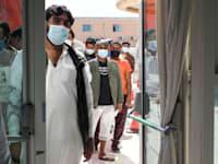 אנשים עומדים בתור כדי לקבל חיסון לקורונה באבו דאבי / צילום: Reuters, Khushnum Bhandari