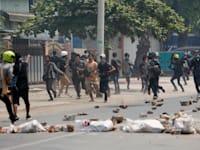 מפגינים בורחים אחרי שהמשטרה ירתה לעברם  גז מדמיע / צילום: Associated Press, AP Photo