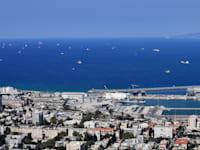 אוניות שמחכות להיכנס לנמל חיפה שטות בים / צילום: פאול אורלייב