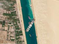 מבט אווירי על הספינה אבר גיבן בעת שהייתה תקועה בתעלת סואץ / צילום: Associated Press, Planet Labs Inc