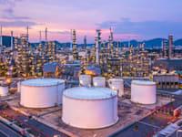 מתקן זיקוק נפט. מספר הבארות המפיקות צנח והביקוש עולה על ההיצע / צילום: Shutterstock